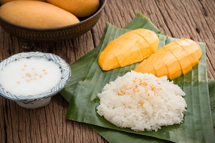 ข้าวเหนียวมะม่วงน้ำกะทิแสนอร่อย (© Shutterstock)