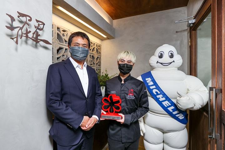 澀主廚林佾華由台灣奧迪行銷處長石田英明(左)手中接下米其林指南年輕主廚大獎。