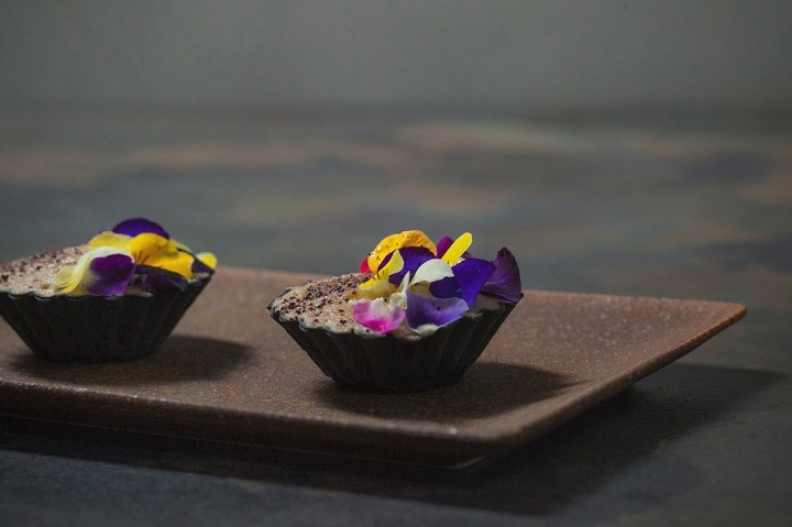 澀的竹炭塔,底層是蘆筍與醃漬嫩薑沙拉,上層是茄子幕斯加上黑蒜粉。(圖片取自澀臉書:黑薑影像 Black & Ginger Image 拍攝)