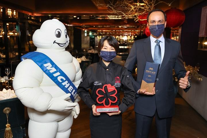 頤宮餐廳經理歐宛臻從臺灣帝亞吉歐總經理程展鵬手上接下今年的米其林指南服務大獎。