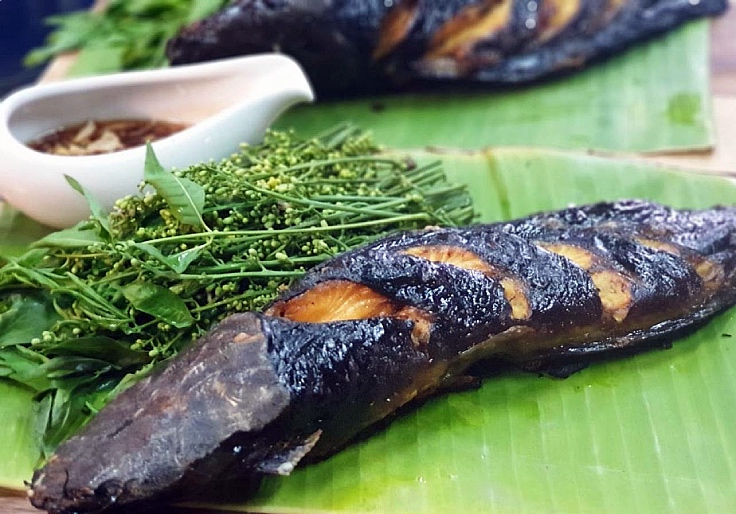 Grilled catfish with sweet neem. (© Ayutthayarom)