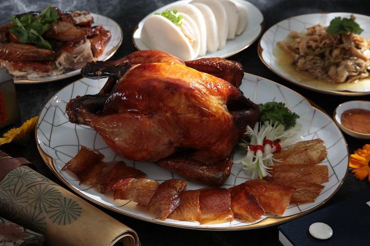 山海樓的掛爐燒雞,講究使用養至兩公斤大的母雞,才得其風味。(圖片:山海樓提供)