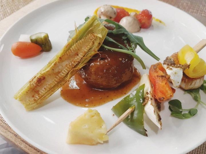 陽明春天受顧客歡迎的主菜猴頭菇,先滷製再煎,搭配上蘑菇黑胡椒醬。(謝明玲攝)