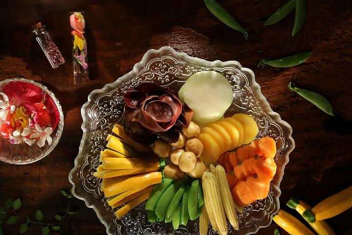 山海樓的「蔬菜花園」(蒸時蔬拼盤),蔬菜會隨著時令調整。(圖片:山海樓提供)