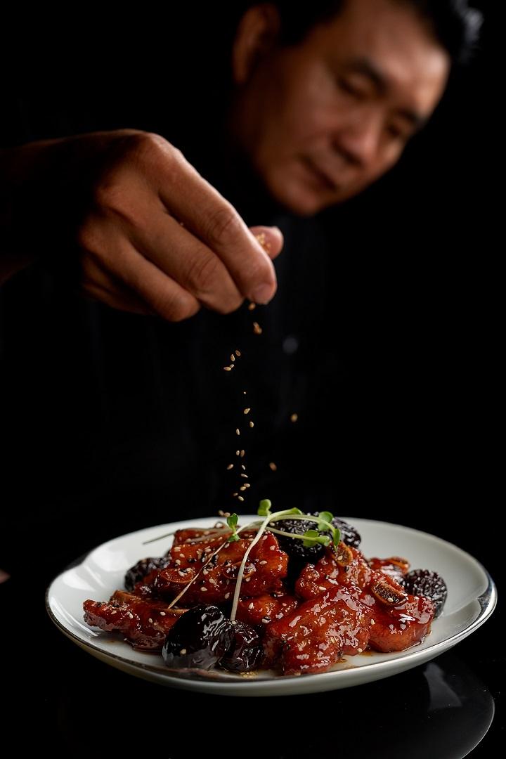 米香主廚陳永華的招牌菜「黑棗蜜汁排骨」。