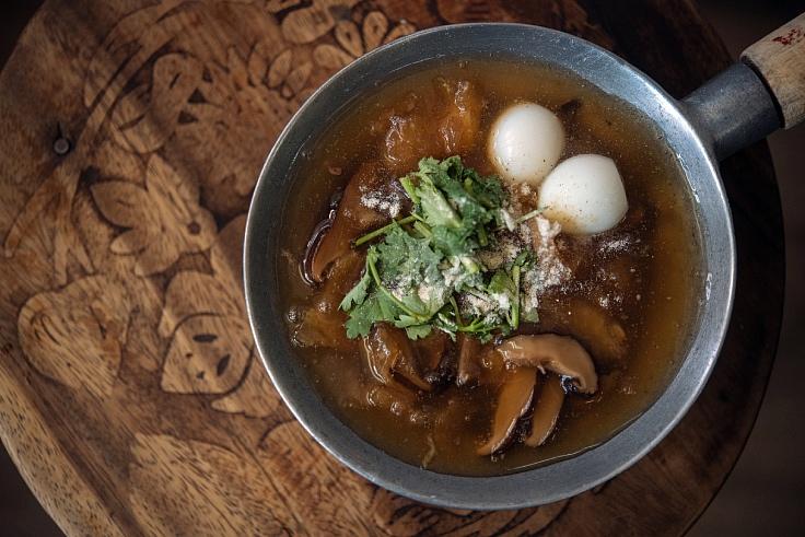 """""""กระเพาะปลาน้ำแดงเห็ดหอม"""" รสชาติกลมกล่อมลงตัว (© อนุวัฒ เสนีวงศ์ ณ อยุธยา/ MICHELIN Guide Thailand)"""